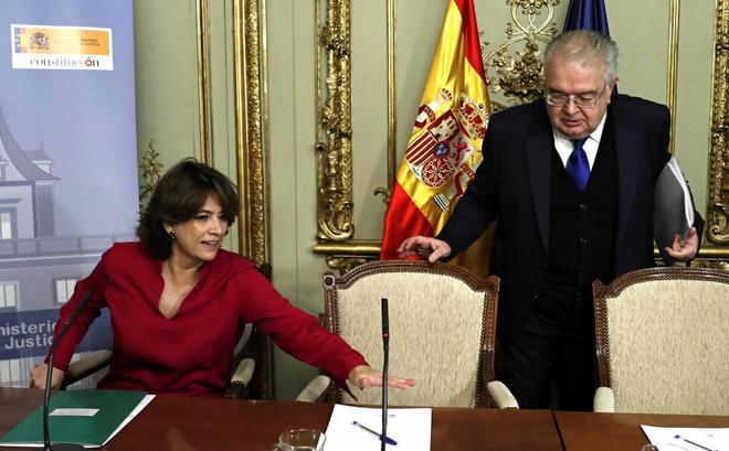 La ministra de Justicia, Dolores Delgado, y el presidente del Tribunal Constitucional, Juan José González Rivas.
