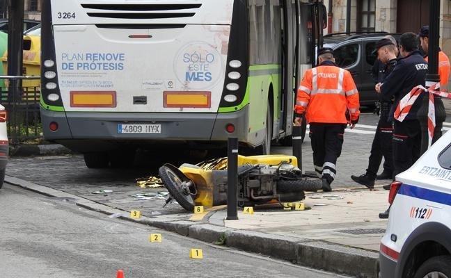 Lugar del accidente con los agentes realizando el atestado.