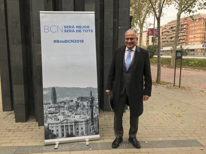 Josep Bou ante el Monumento a las Víctimas del Terrorismo, en Barcelona, donde ha presentado su candidatura a la Alcaldía de la ciudad.