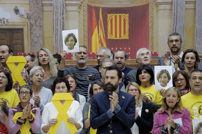 Protesta en apoyo de Forcadell en el Parlament, encabezada por su actual presidente.