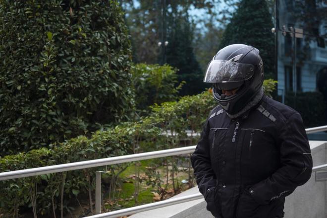 Sergio Río, el que fuera chófer de Bárcenas, sale de la Audiencia Nacional oculto tras un casco.