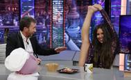 Cristina Pedroche demuestra su flexibilidad en El Hormiguero.