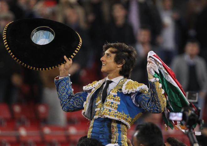 Roca Rey celebra su triunfo en La Monumental de México.