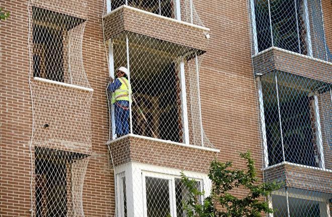 Un trabajador de la construcción desempeña su labor en un edificio en Madrid.