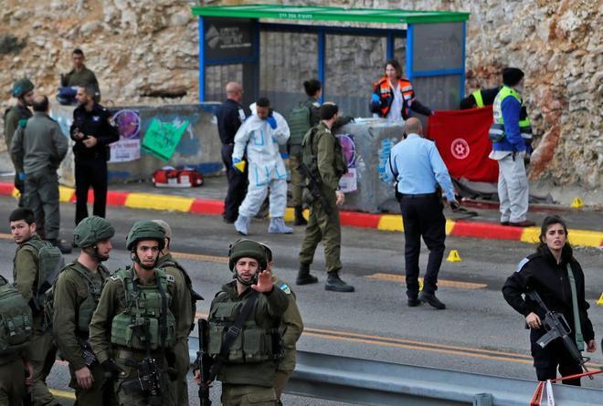 Forenses investigan el lugar donde se ha producido el ataque en el asentamiento de Givat Asaf.