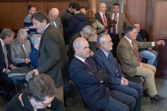 Los imputados por el 'caso de los ERE', con los presidentes Manuel Chaves y José Antonio Griñán en primera fila, durante el juicio celebrado en Sevilla