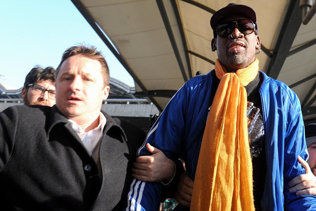 Michael Spavor junto al ex jugador de baloncesto Dennis Rodman, en el aeropuerto de Corea del Norte.