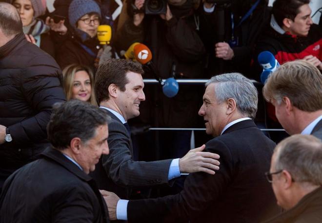 Pablo Casado saluda al presidente del Parlamento Europeo, Antonio Tajani, en Bruselas.