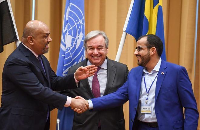 Representantes de Yemen y Arabia Saudí para las negociaciones junto a Antonio Guterres, este jueves.