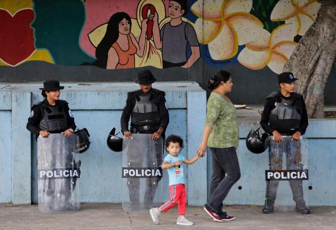 Policía antidisturbios frente a la sede de la ONU en Managua, Nicaragua.