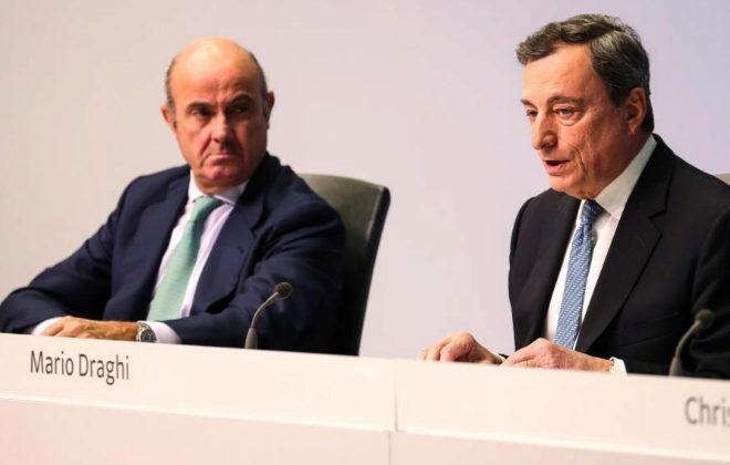 Mario Draghi (d) y Luis de Guindos, vicepresidente del BCE, este jueves tras la reunión.