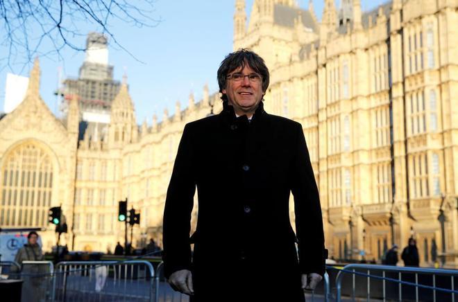 Carles Puigdemont, junto a los jardines del área de Westminster en Londres