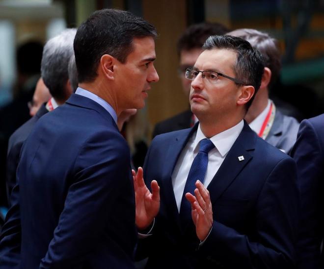 Pedro Sánchez habla con rostro serio con el primer ministro de Eslovenia, Marjan Sarec, en Bruselas.