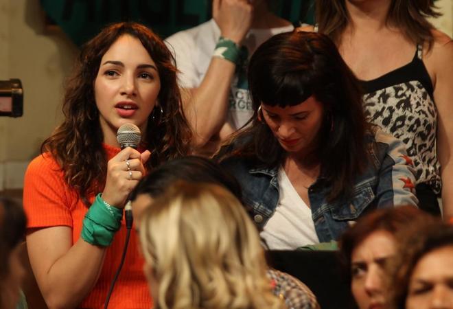 La actriz argentina Thelma Fardín, respaldada por sus compañeras de profesión.