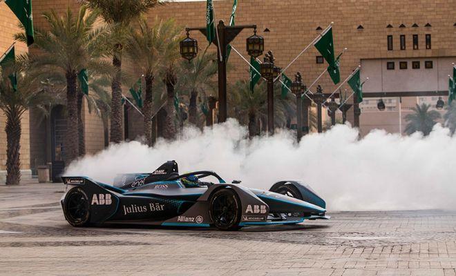 Felipe Massa, durante una exhibición previa al Saudia E-Prix en Riyad.
