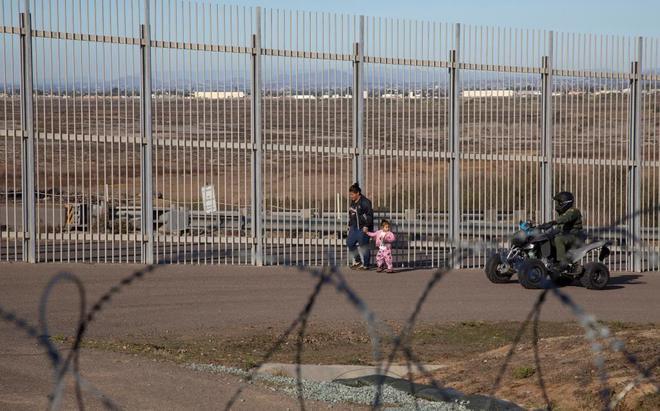Un mujer y su hija, en el muro fronterizo de la ciudad de Tijuana, en Baja California (México).