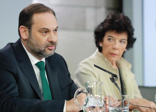 José Ábalos, ministro de Fomento, junto a la ministra portavoz, Isabel Celaá.