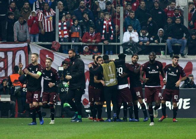 Los jugadores del Milán celebran un gol en el último partido de Europa League.