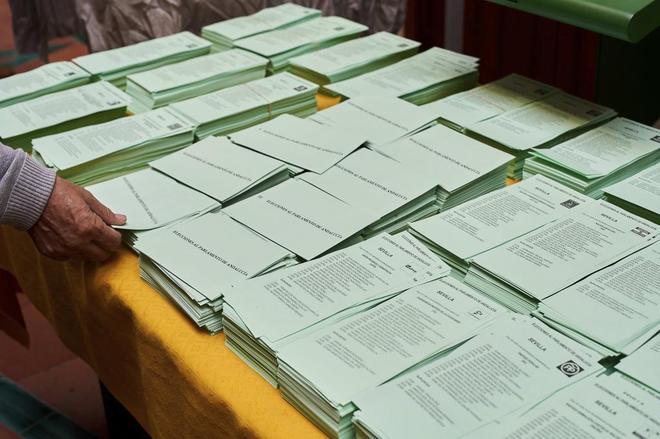 Papeletas en un colegio electoral de la localidad sevillana de Bollullos de la Mitación