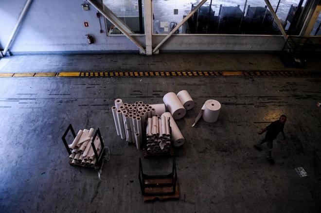 Rollos de papel restantes en la imprenta del periódico venezolano 'El Nacional', en Caracas.