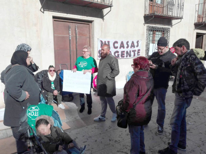 Concentración de la PAH de Elche, este viernes, en la plaza de Baix.