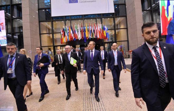 Jean-Claude Juncker (i) y Donald Tusk (d) al salir del Consejo Europeo este viernes, en Bruselas.