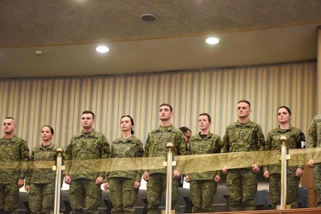 Miembros de la Fuerza de Seguridad de Kosovo asisten a la sesión parlamentaria que votó a favor de crear un ejército nacional, ayer en Pristina.