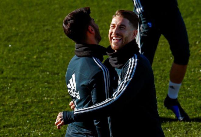 Sergio Ramos y Marco Asensio se abrazan en el entrenamiento de este viernes.