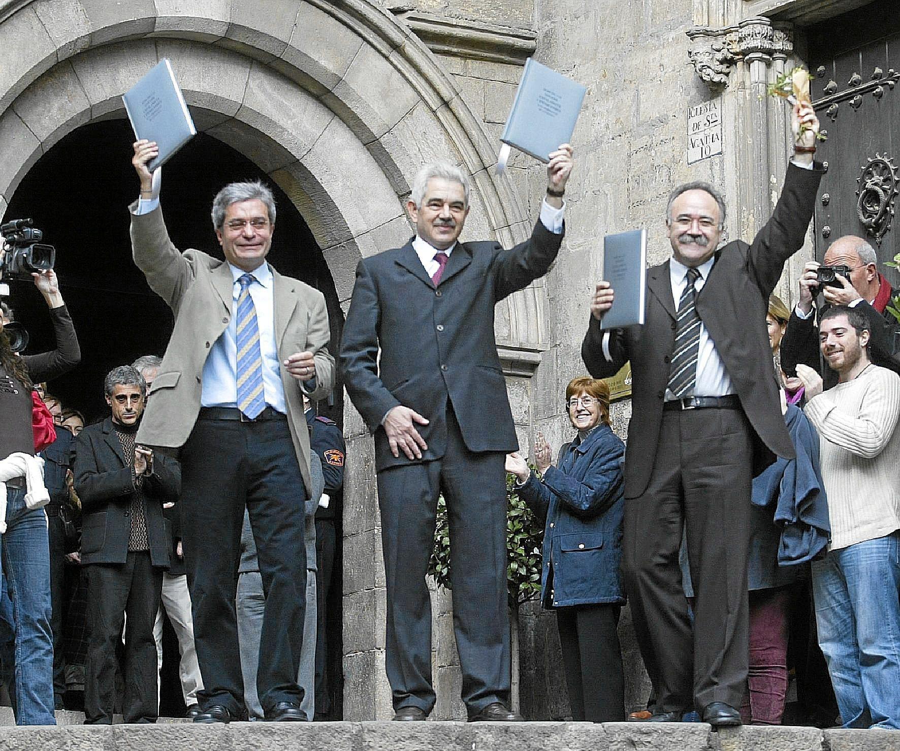 Joan Saura, Pasqual Maragall y Josep Lluís Carod-Rovira, el 14 de diciembre de 2003, tras presentar su pacto de gobierno en el Salón del Tinell.