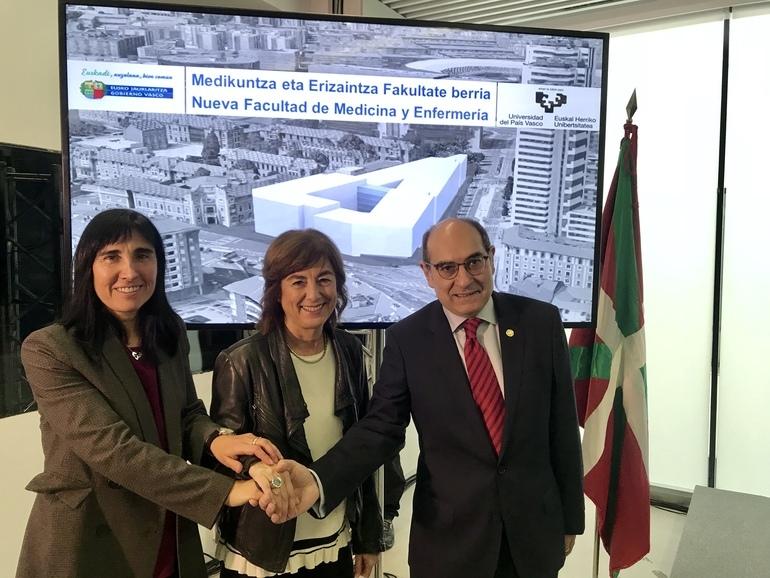 Nekane Balluerka, Crisitina Uriarte y Jon Darpón, en la presentación del proyecto.