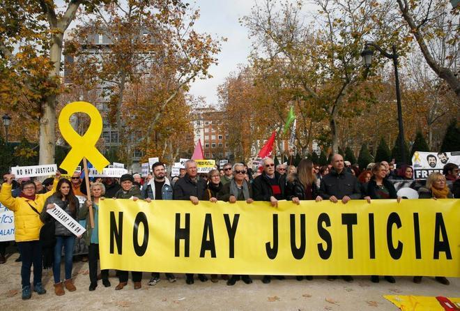 Los manifestantes, ante el Tibunal Supremo, sujetando una pancarta que reclama justicia