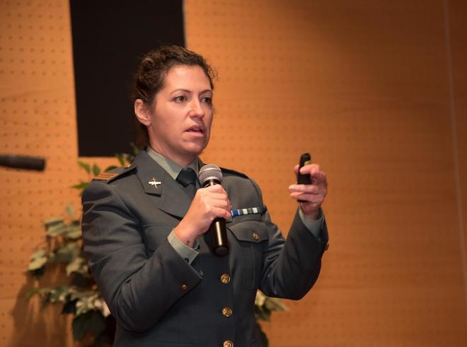 La sargento Antonia Alanzol durante su conferencia.