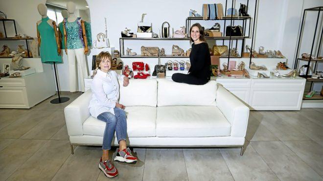 Toñi Pastor y su hija Teresa en las instalaciones de la empresa en Elche.