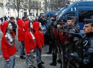 Mujeres vestidas como Marienne, el símbolo nacional francés, frente a la policía, en París.