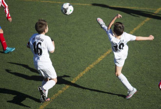 Niños jugando al fútbol en el Polideportivo Ernesto Cotorruelo.