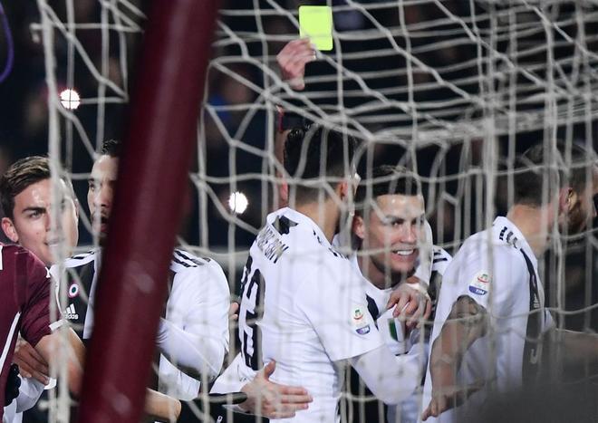 Cristiano Ronaldo recibe una tarjeta amarilla tras marcar ante el Torino.