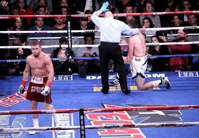 El árbitro detiene la pelea después de que Canelo mandase a la lona a Fielding.