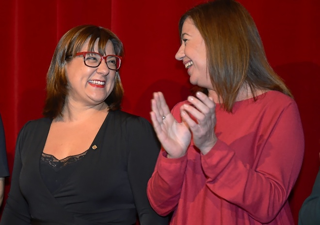 La consellera de Turismo, Bel Busquets, junto a la presidenta del Govern, Francina Armengol.