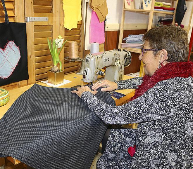Cati Simonet cosiendo con su máquina.