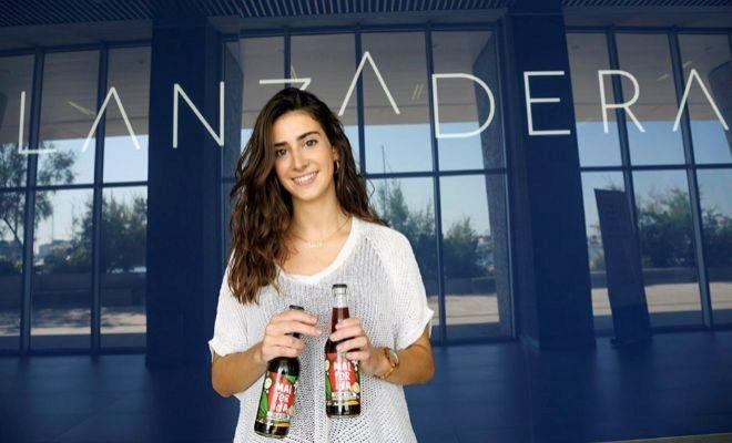 La emprendedora Lucía Mompó con el refresco 'Malferida'.