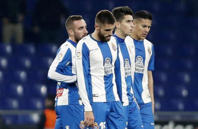 Decepción en los jugadores del Espanyol tras la derrota ante el Betis.
