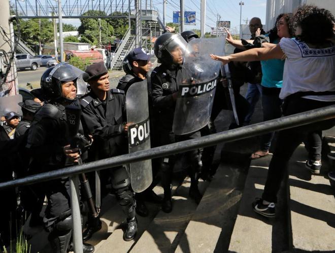Intentan expulsar de una estación de policía a periodistas allí congregados, en Managua.