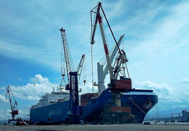 El buque Bahri Jazan, en el puerto de Santader.