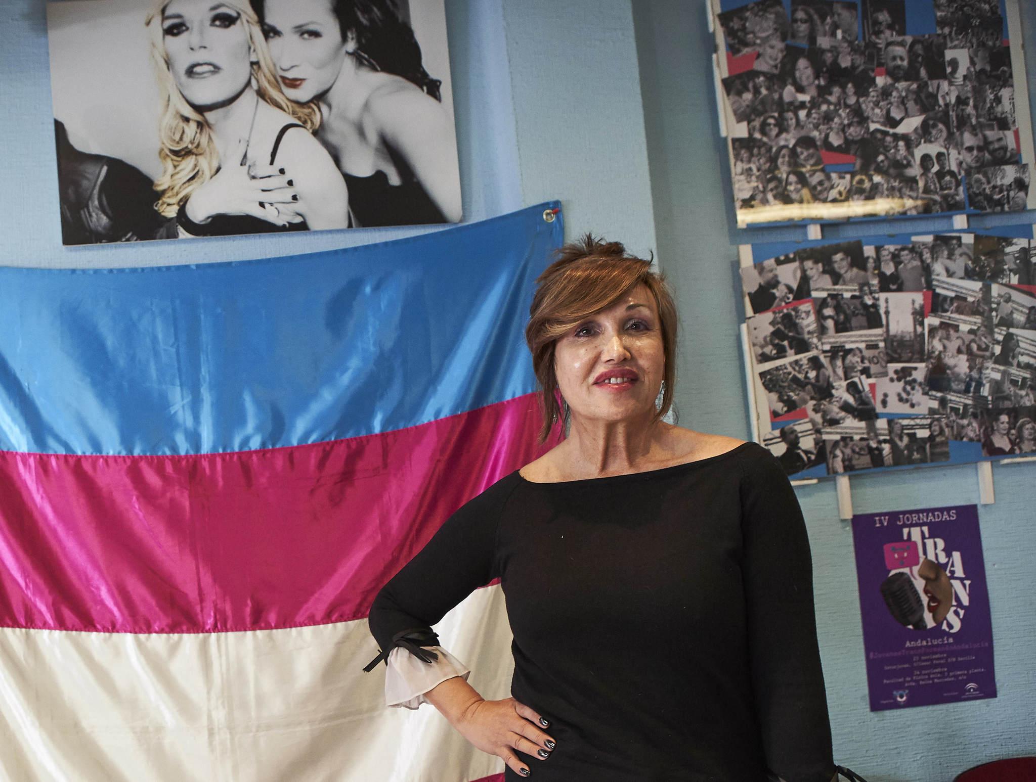 Mar Cambrollé, ante la bandera de los transexuales, en la sede en Sevilla de su asociación.