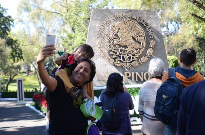 Un grupo de personas visita la residencia oficial de Los Pinos, en Ciudad de México.