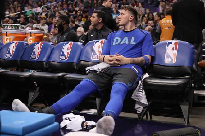 Doncic, en el banquillo de los Mavericks, en un partido reciente.