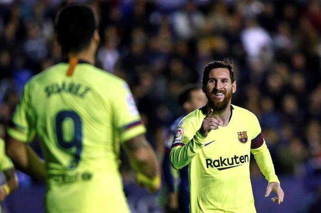 Messi celebra con Luis Suárez uno de los goles al Levante.