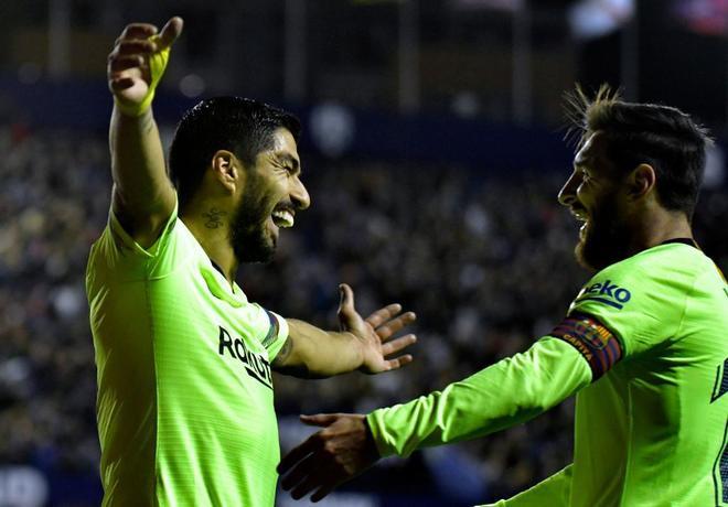 Luis Suárez y Messi celebran uno de los goles del Barcelona al Levante.