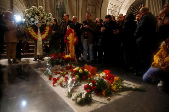 La tumba de Francisco Franco en la basílica del Valle de los Caídos, cubierta de flores el pasado 20 de noviembre.