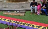 Bandera apelando a la III república junto a la fuente de la plaza Mayor de Castellón, este sábado.